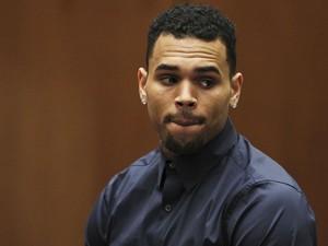 Chris Brown durante audiência em Los Angeles, no dia 3 de fevereiro (Foto: Reuters/DavidMcNew/Pool)