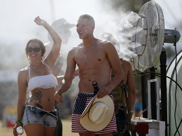 Fãs de música country aproveitam o primeiro dia do festival Stagecoach, em Indio, na Califórnia, EUA, na sexta-feira (25) (Foto: REUTERS/Mike Blake)