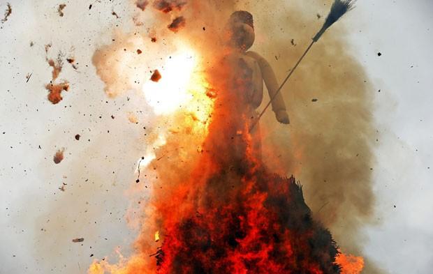 Pela tradição, quanto mais rápido o boneco 'Böögg' pega fogo e explode, mais quente e bonito será o próximo verão (Foto: Arnd Wiegmann/Reuters)