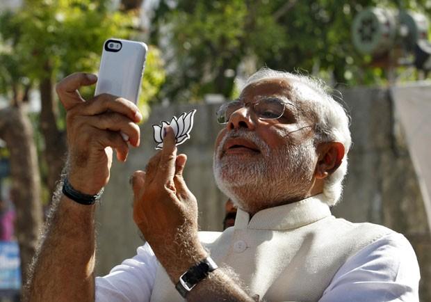 O líder nacionalista hindu Narendra Modi fez um 'selfie' após votar na Índia nesta quarta-feira (30) (Foto: Amit Dave/Reuters)