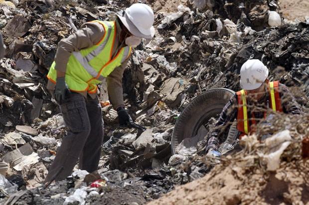Homens procuram por caruchos de Atari 2600 enterrados no Novo México há 30 anos (Foto: Juan Carlos Llorca/AP)