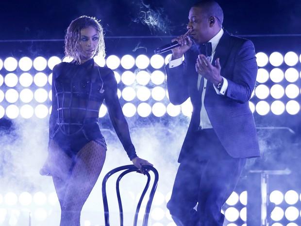 Beyonce e o marido, Jay Z, em performance no Grammy. Jay Z é líder em indicações na premiação. (Foto: Mario Anzuoni/Reuters)
