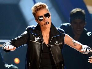Justin Bieber durante show em Paris, no dia 19 de março do ano passado (Foto: Francois Mori/AP)