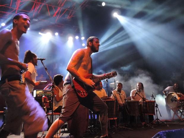 Banda Desalma toca com o grupo Bongar, no Abril pro Rock (Foto: Katherine Coutinho / G1)