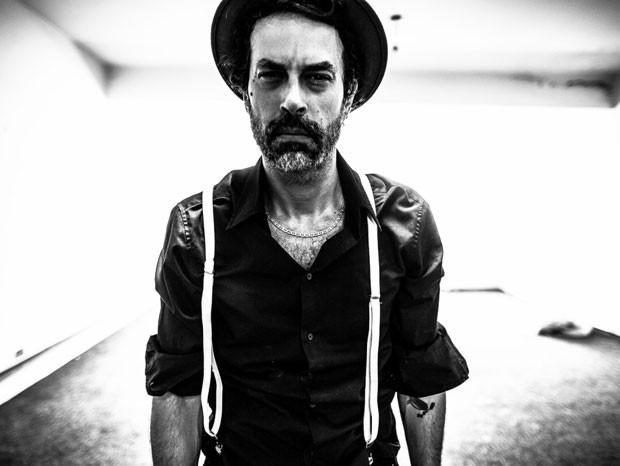Novo projeto de Fabio Trummer é marcado por punk-rock político cheio de atitude. (Foto: Bruno Guerra/ Divulgação)
