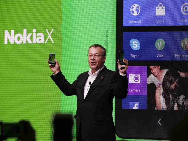 Stephen Elop apresenta novos smartphones da Nokia na MWC, em Barcelona (Foto: Gustau Nacarino/Reuters)