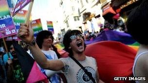 Parada do orgulho gay em Istambul foi algo inédito entre países muçulmanos (Foto: BBC)