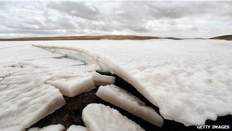 O metano hidratado fica abaixo de muitas camadas de gelo ou no fundo do mar (Foto: Getty Images/BBC)