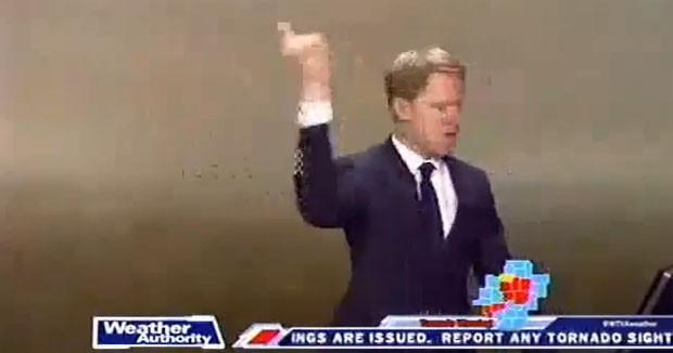 O meteorologista Matt Laubhan, da emissora WTVA, afialiada da NBC em Tupelo, no Mississipi, ordena que equipe deixe estúdio durante passagem de tornado na região (Foto: Reprodução/YouTube/Lamontagne C.)