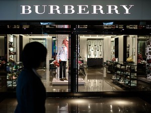 Mulher passa por loja da Burberry em Hong Kong nesta sexta-feira (21); casaco de cerca de R$ 308 mil foi furtado de loja da marca em zona comercial movimentada' (Foto: Philippe Lopez/AFP)