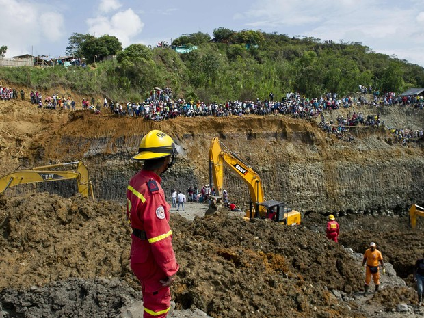 Equipes trabalham no local do soterramento na Colômbia (Foto: Luis Robayo/AFP)