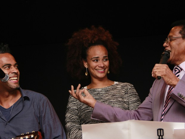 O cantor Jair Rodrigues ao lado dos filhos Jair Oliveira e irmã Luciana Mello em show em 2014 (Foto: Natascha Goldmann/Futura Press)