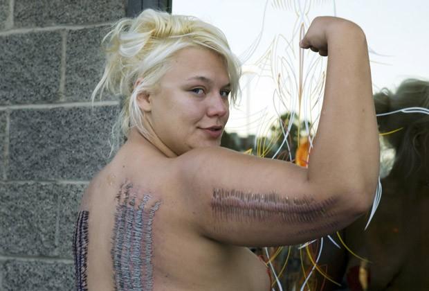 A performer Staysha Randall mostra seus recém-colocados piercings nesta terça-feira (7) em Las Vegas, no estado americano de Nevada. (Foto: Reuters)