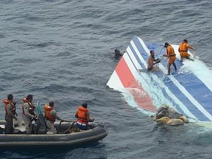 Equipe da Marinha recupera destroço do voo 447 em 8 de junho de 2009 (Foto: The New York Times)