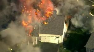 Câmera em helicóptero flagrou a explosão da casa em New Hampshire (Foto: BBC)