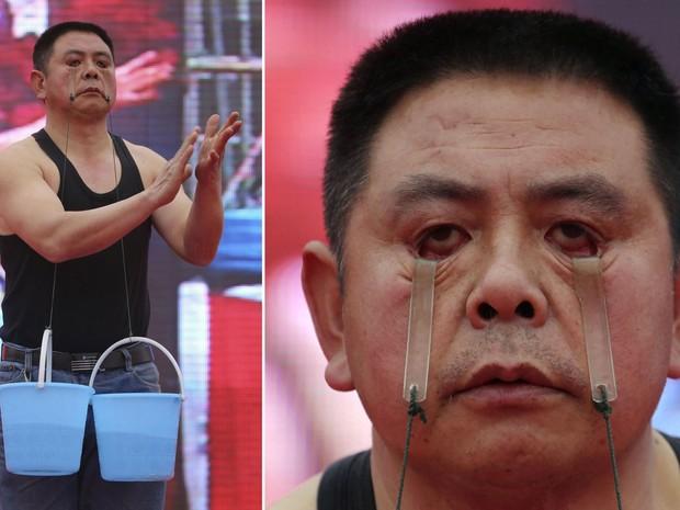 O fazendeiro chinês Wang Xianxian suspende dois baldes de água usando as pálpebras, durante um Festival para trabalhadores migrantes em Shaodong, na província de Hunan. Wang ergueu por um minuto os dois baldes que, juntos, pesavam 5 kg. (Foto: Reuters/China Daily)