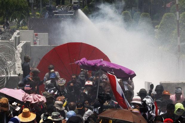 Policiais disparam canhão de água contra manifestantes na Tailândia (Foto: Kerek Wongsa/Reuters)