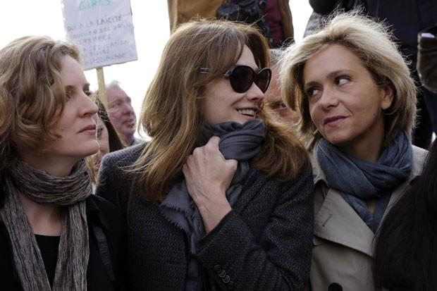 Carla Bruni é vista entre as políticas Nathalie Kosciusko-Morizet e Valerie Pecresse em protesto em Paris pela libertação das meninas nigerianas (Foto: Philippe Wojazer/Reuters)