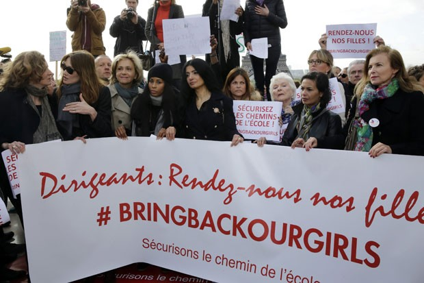 A atriz e cantora Carla Bruni, mulher de Nicolas Sarkozy, e Valerie Trierweiler, ex-mulher do presidente François Hollande, participam de manifestação em Paris pela libertação das mais de 200 meninas sequestradas no mês passado na Nigéria (Foto: Philippe Wojazer/Reuters)