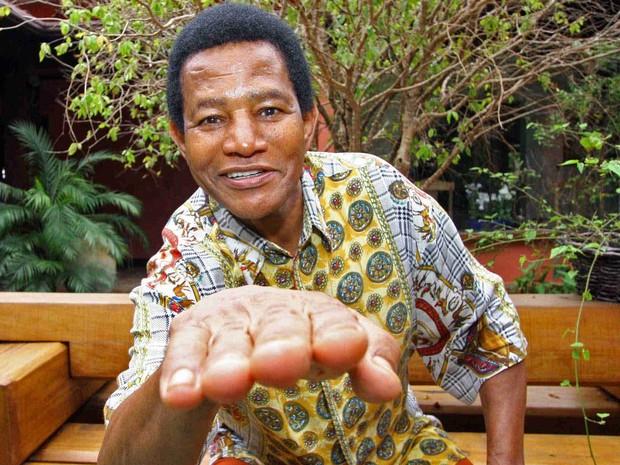 Jair Rodrigues posa para foto em sua casa em Cotia em 2009 (Foto: Guilherme Lara Campos/Folhapress)