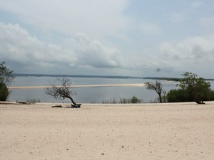 Praia do Açutuba tem suas areias banhadas pelo rio Negro (Foto: Camila Henriques/G1 AM)