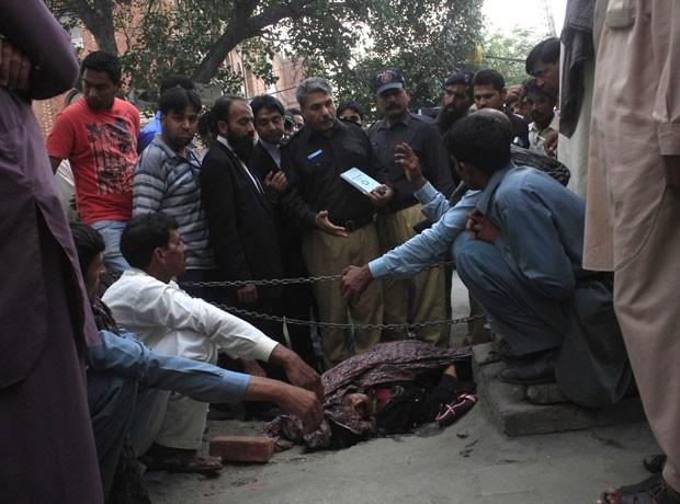 Polícia inspeciona local do apedrejamento de Farzana Iqbal, em Lahore, Paquistão (Foto: Mohammad Tahir/Reuters)