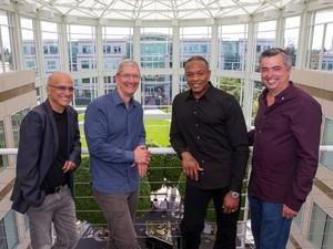 Jimmy Iovine, cofundador da Beats, Tim Cook, presidente-executivo da Apple, o rapper Dr. Dre e também cofundador da Beats e Eddy Cue, vice-presidente de software da Apple. (Foto: Divulgação/Business Wire)