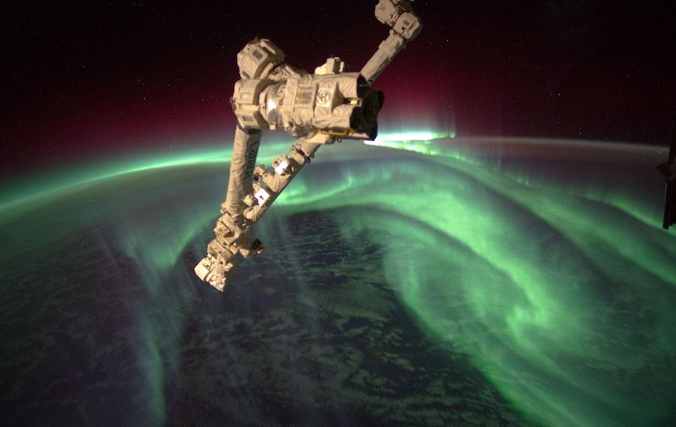 O engenheiro de voo e astronauta da Nasa Joe Acaba, que está a bordo da Estação Espacial Internacional (ISS), registra a aurora austral, ou 'luzes do Sul', a mais de 380 km da Terra. (Foto: AP/Joe Acaba/Nasa)