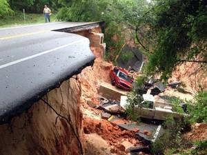 Veículos caem após asfalto de uma rodovia se romper na Flórida, após fortes chuvas (Foto: Katie E. King/Pensacola News Journal/AP)