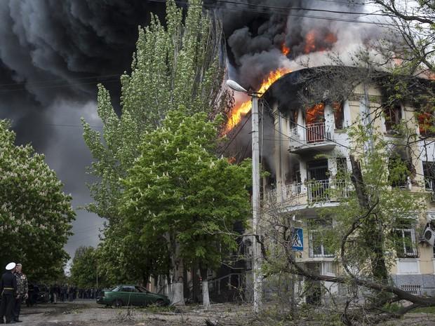 Delegacia de polícia é incendiada em Mariupol, na Ucrânia, após combates entre forças do governo e rebeldes (Foto: Evgeniy Maloletka/AP)