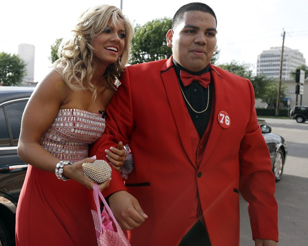 Mike Ramirez e Catlyn chegam para baile de formatura em Crosby, no Texas (EUA) (Foto: Pat Sullivan/AP)