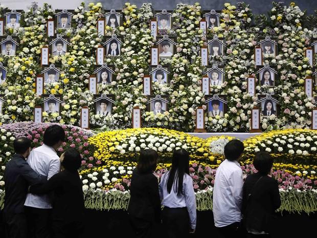 Alunos que sobreviveram ao naufrágio prestar homenagem às vítimas e aos desaparecidos. (Foto: Kim Hong-Ji / Reuters)