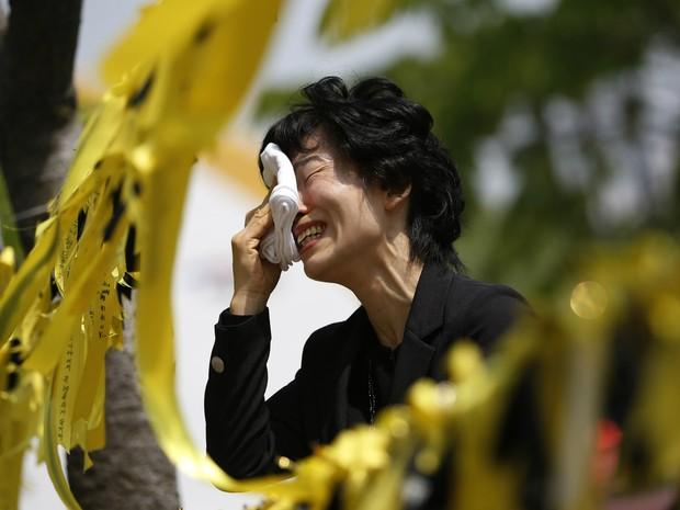 Parente de vítima chora ao lado memorial com fitas que lembram mortos e desaparecidos no naufrágio do Sewol (Foto: Kim Hong-Ji/Reuters)