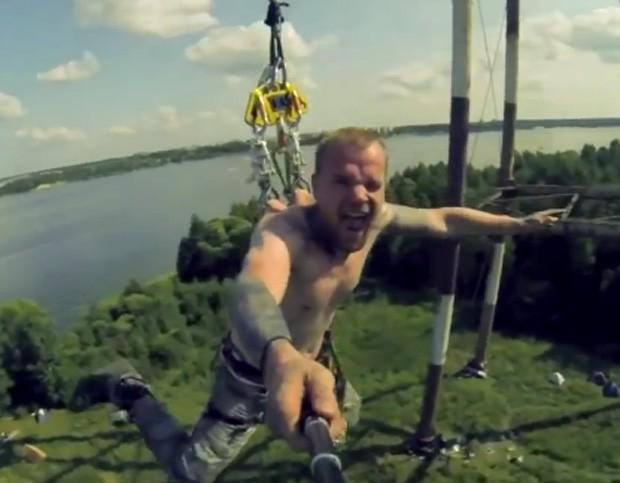 Homem faz base jumping com equipamento acoplado às costas na Rússia (Foto: Reprodução/YouTube/XTreme Base Jump)