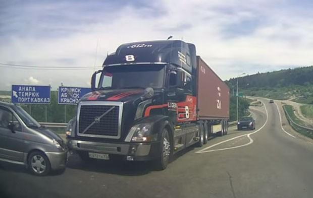 Motorista de caminhão deu freada poderosa para evitar acidente em rodovida em Novorossisk, na Rússia (Foto: Reprodução/YouTube/Igor Tron)