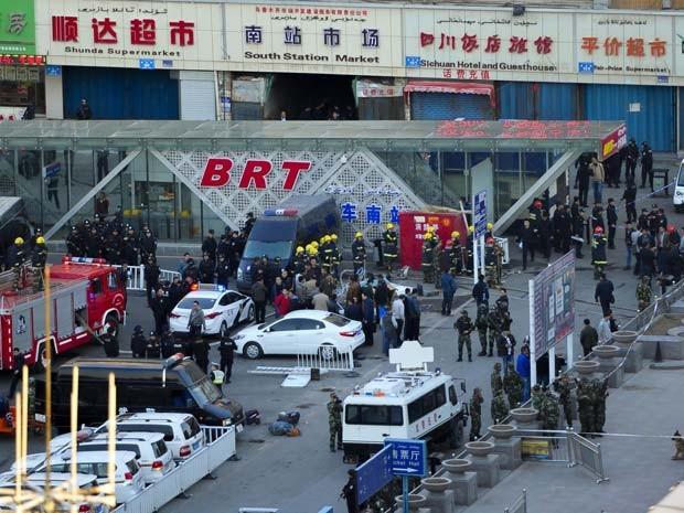 Seguranças perto da área em que houve explosão do lado de fora da estação de trem em Urumqi, no norte da China (Foto: AP Photo)