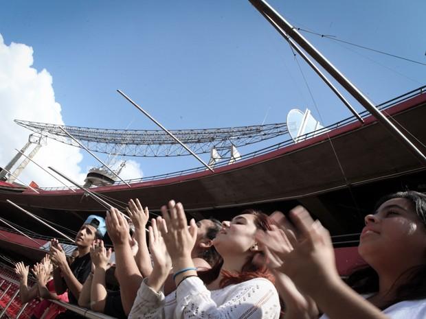 Fãs do One Direction na arquibancada do Morumbi. Eles dizem que podem carregar seus celulares e comer na lanchonete do estádio (Foto: Caio Kenji/G1)