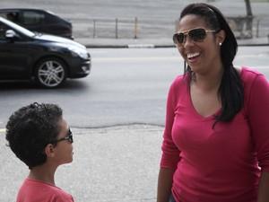 Lilian Barbosa, de 34 anos, está acampada com seu filho Heitor, de 8, no estádio do Morumbi para ver o One Direction. (Foto: Caio Kenji/G1)