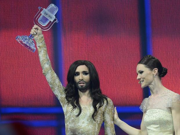Conchita Wurst recebe o prêmio Eurovision 2014 neste sábado (10) (Foto: AFP/Jonathan Nackstrand)