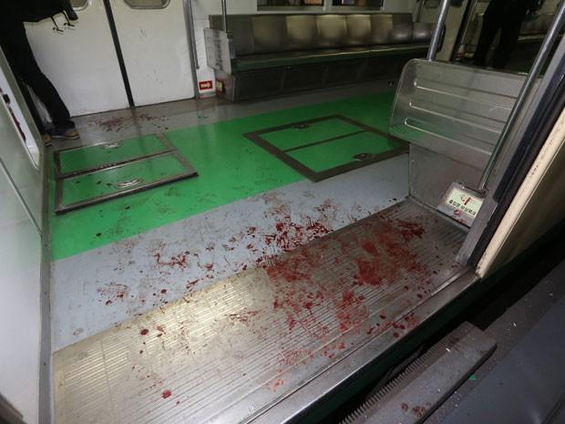 Marcas de sangue de passageiros que ficaram feridos após colisão entre dois trens em Seul, na Coreia do Sul (Foto: Park Dong-ju/Yonhap/Reuters)