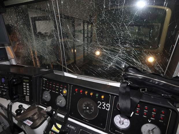 Cabine do condutor de trem ficou com o vidro rachado após colisão nesta sexta-feira, na Coreia do Sul (Foto: Park Dong-ju/Yonhap/Reuters)