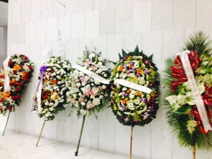 Coroas de flores no velório do cantor Jair Rodrigues, nesta quinta-feira (8), em São Paulo (Foto: Fabiana de Carvalho / G1)