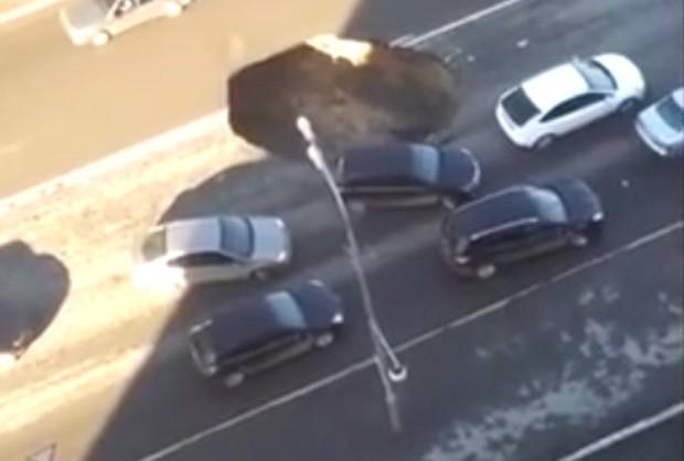 Motoristas pareciam não se preocupar após cratera abrir no meio de avenida na Rússia (Foto: Reprodução/YouTube/KollerMax)