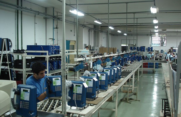 Fábrica em que a Daruma monta seus terminais de telefonia pública, os orelhões. (Foto: Divulgação/Daruma)