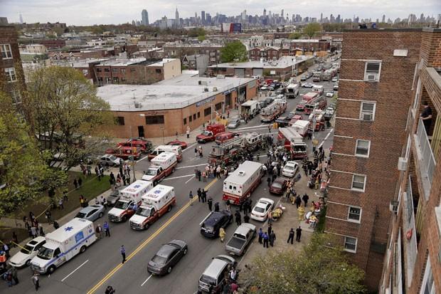Equipes de emergência chegam à estação do metrô onde um trem descarrilou (Foto: Julie Jacobson/AP)