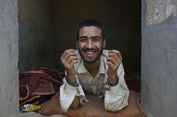 Muhibullah, de 20 anos, também é viciado em drogas, e por isso permanecerá 40 dias acorrentado (Foto: Rahmat Gul/AP)