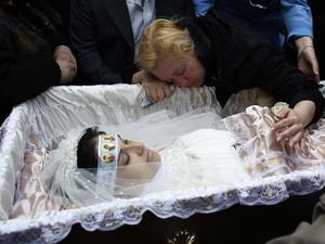 Corpo da enfermeira Yulia Izotova, de 21 anos, é velado em Kramatorsk, no leste da Ucrânia (Foto: Reuters/Marko Djurica)