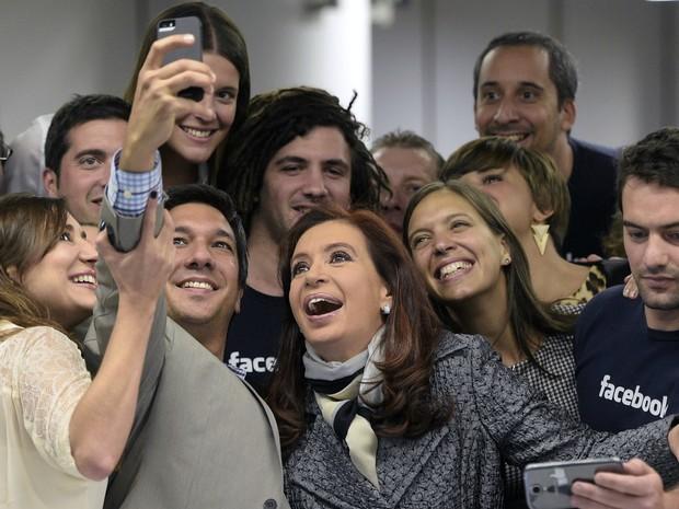 Presidente argentina faz selfie com funcionários do Facebook durante inauguração de sede da empresa em Puerto Madero (Foto: Juan Mabromata/AFP)