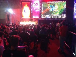 Espectadores ficam próximos dos ciberatletas no torneio X5 Mega Arena, em São Paulo (Foto: Gustavo Petró/G1)