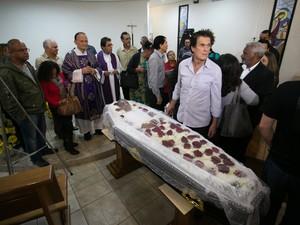 Enterro do cantor Jair Rodrigues no Cemitério Gethsemani, no Morumbi, em São Paulo (SP), na manhã desta sexta-feira (9) (Foto: Alice Vergueiro/Futura Press/Estadão Conteúdo)